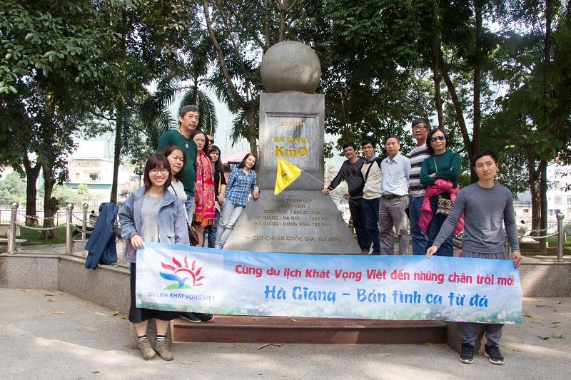 Khách hàng chụp ảnh tại Km0 Hà Giang