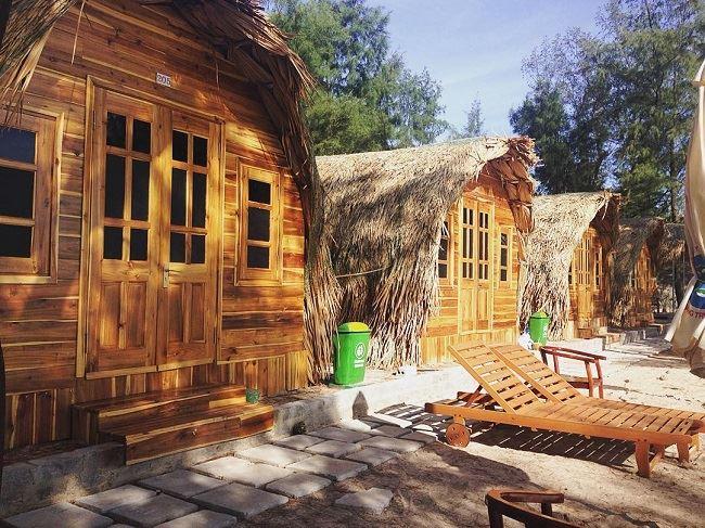 Những ngôi nhà gỗ nhìn ra bãi Hồng Vân