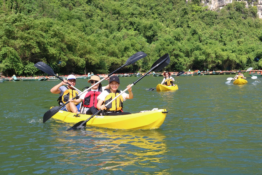 Hoat-dong-cheo-kayak-tren-vinh-Ha-Long