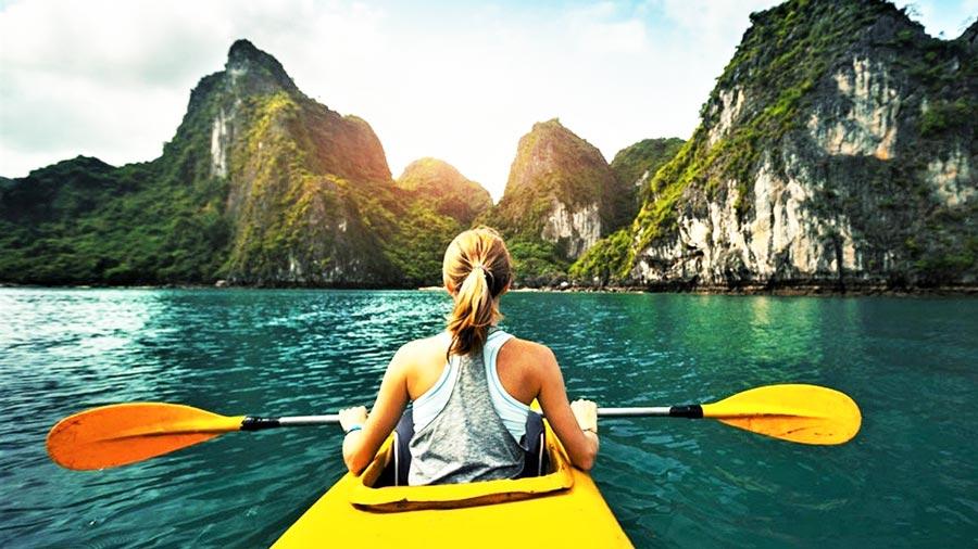 Chèo thuyền Kayak tham quan vịnh Lan Hạ xinh đẹp