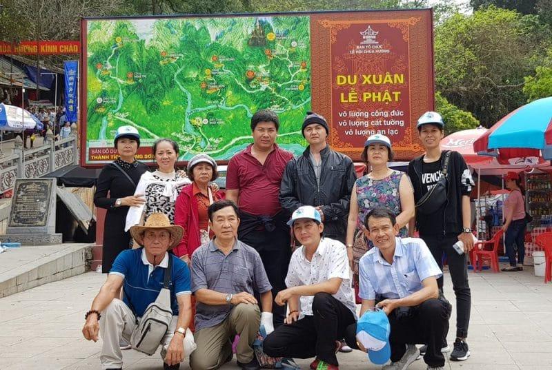 Đoàn chụp ảnh kỷ niệm tại Chùa Hương