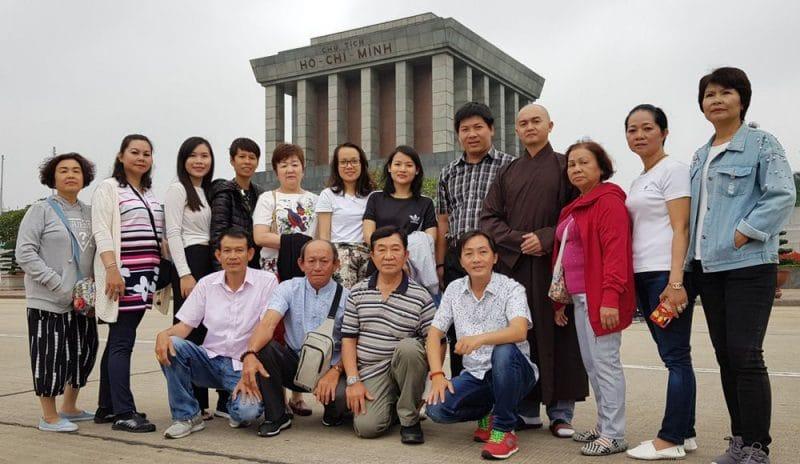 Đoàn khách Hồ Chí Minh chụp hình lưu niệm tại Lăng Chủ tịch Hồ Chí Minh