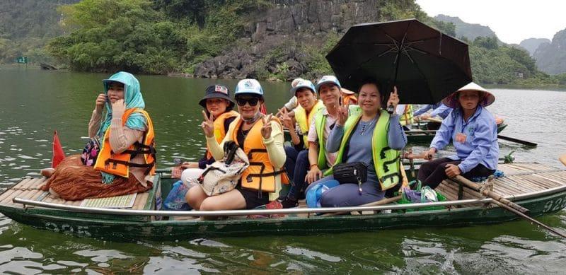 Du khách ngồi thuyền thăm quan danh thắng Tràng An