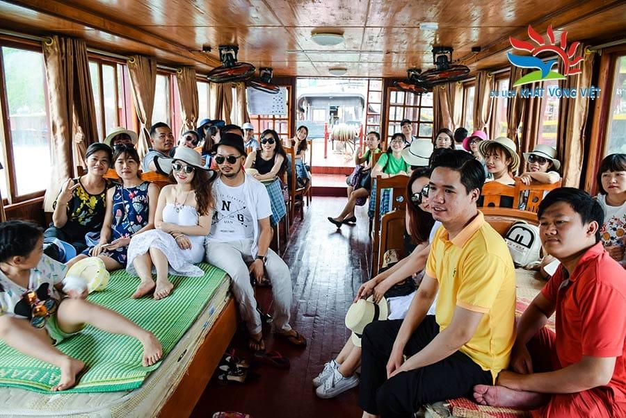 Đoàn nghỉ ngơi trên tàu Hạ Long