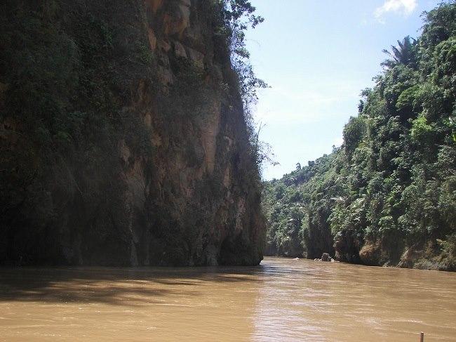 Dọc dòng sông Chảy vào Hang Tiên
