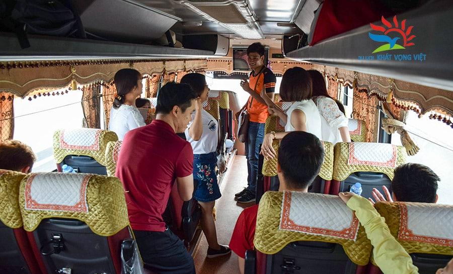 Các hoạt động HDV tổ chức cho du khách trên xe đi ra Hạ Long