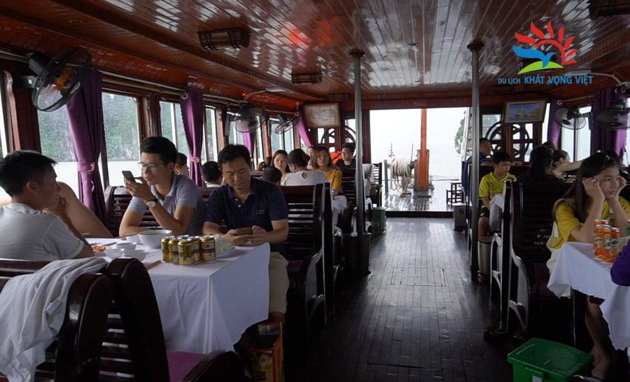 Du khách chuẩn bị ăn trưa trên tàu Hạ Long