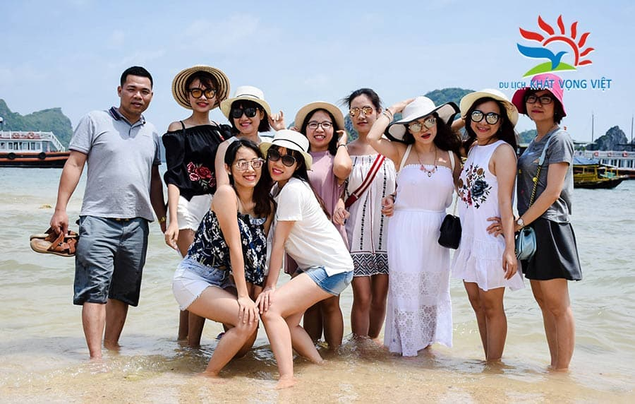 Du khách vui chơi và và khám phá tại bãi biển Hạ Long