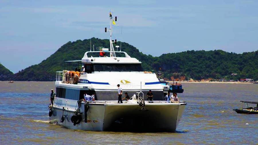 Tàu cao tốc đến đảo Cát Bà