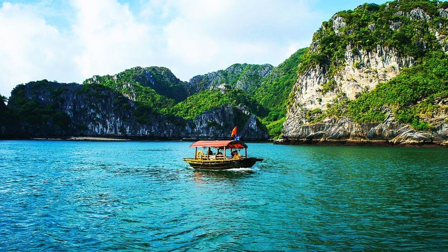 Chiếc thuyền nhỏ xinh lặng trôi giữa khung cảnh bao la, hùng vĩ