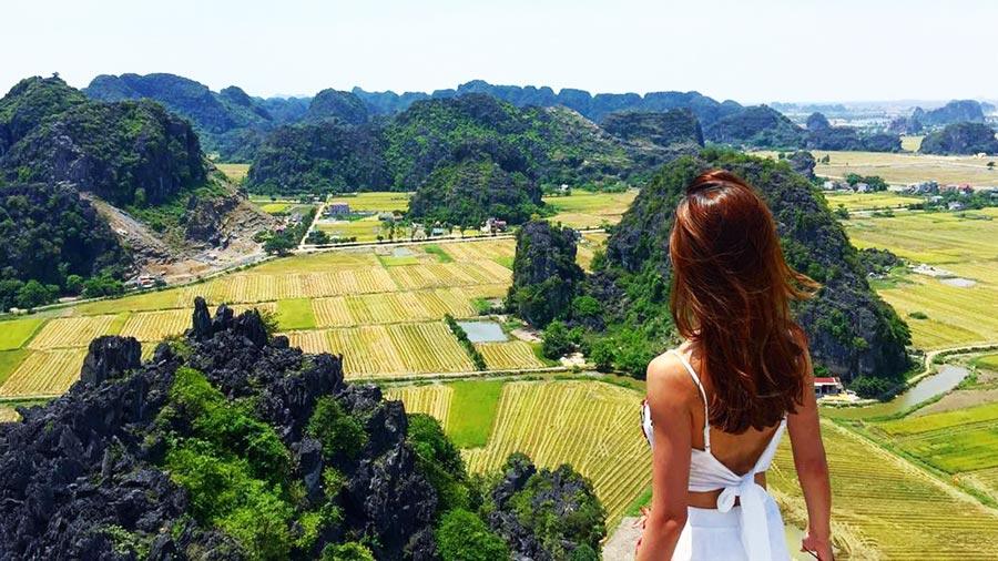 Từ đỉnh Ngoạ Long, khung cảnh thiên nhiên tuyệt đẹp ở Tràng An như thu gọn trong tầm mắt