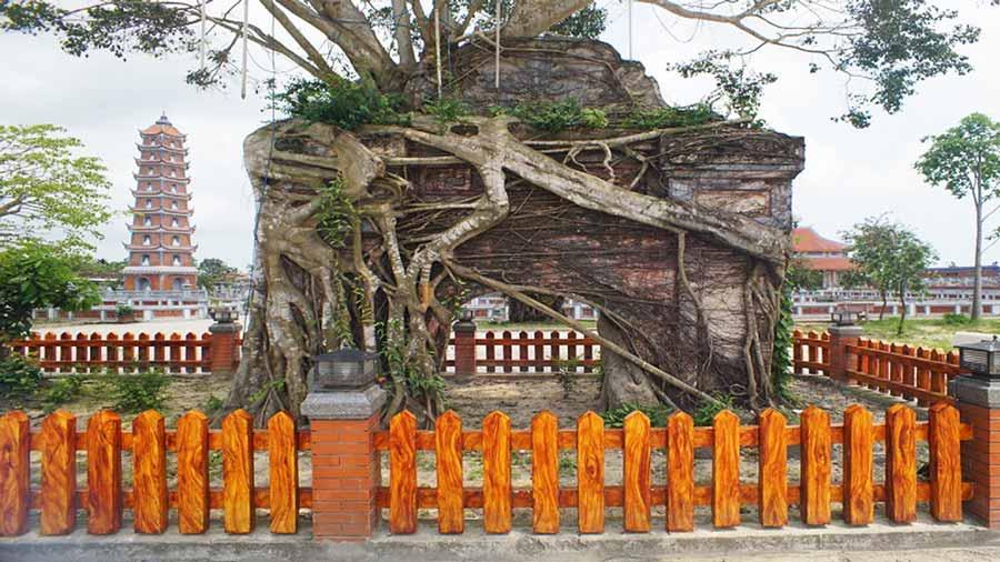 Cổng Tam bảo cổ chùa Hoằng Phúc