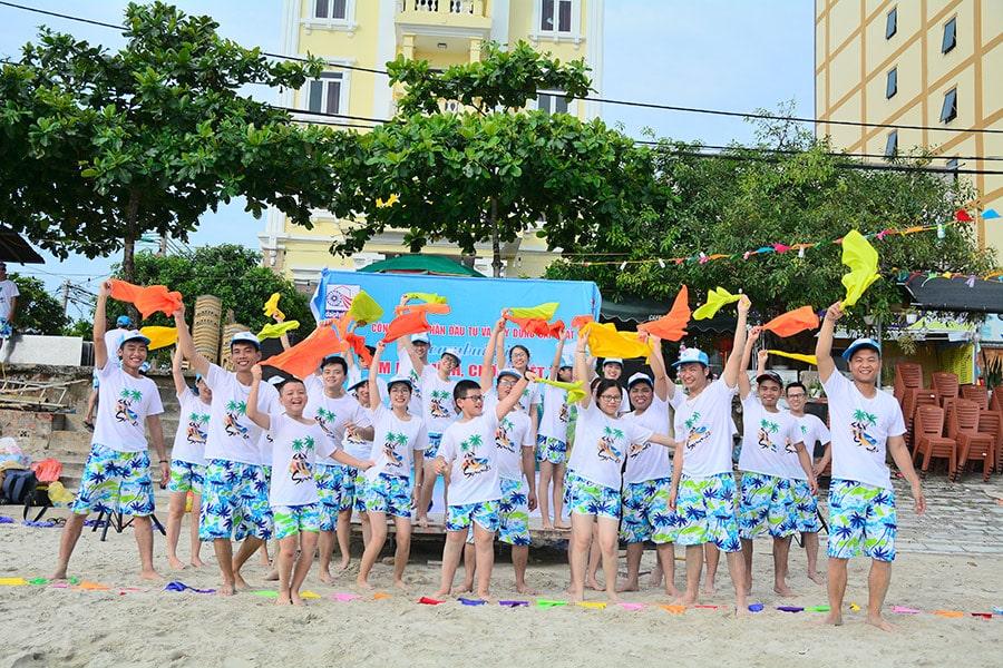 Đoàn tham gia chương trình Team building vui nhộn trên bãi biển
