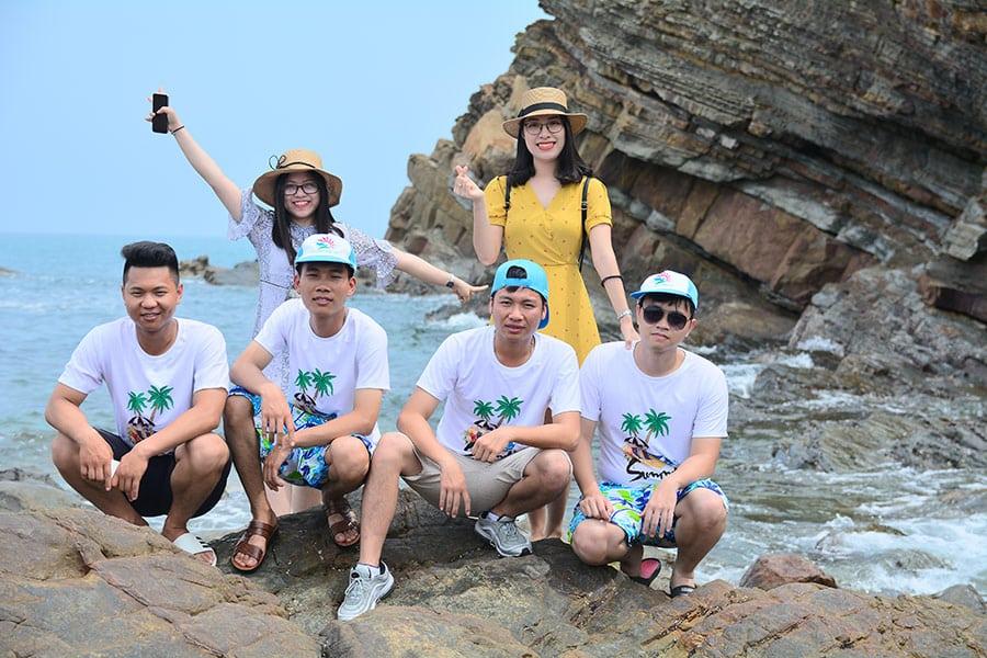 Du khách của Khát Vọng Việt chụp ảnh trên đảo