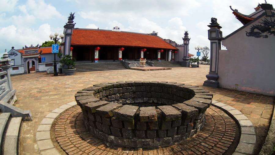 Giếng cổ trong sân chùa Hoằng Phúc