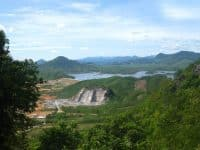 Khung cảnh nhìn từ núi Thần Đinh xuống Hồ Rào Đá