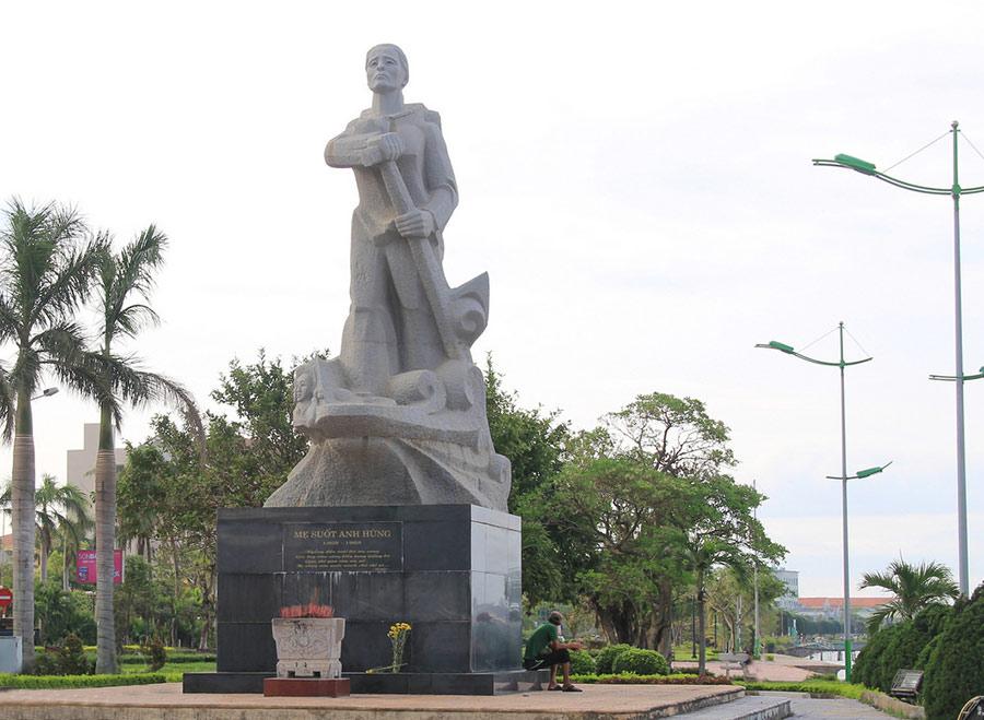 Hình ảnh tượng đài Mẹ Suốt hiên ngang