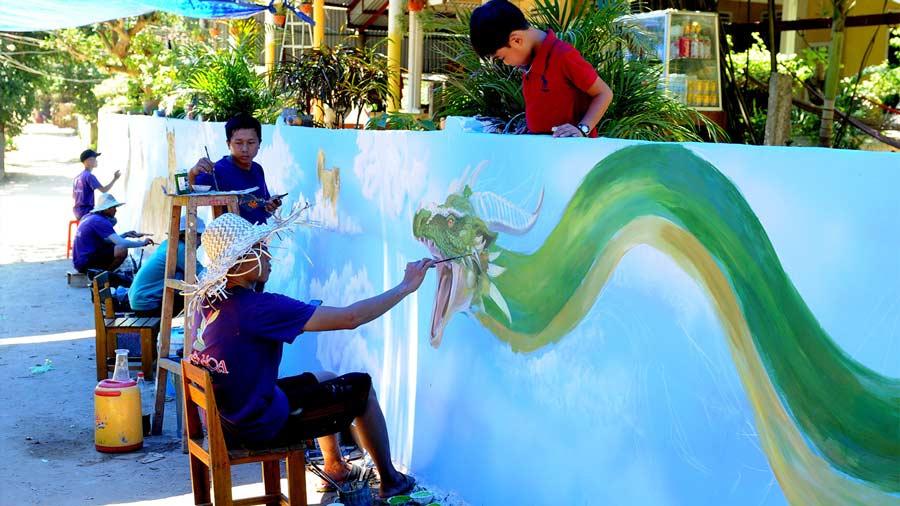 Những nghệ sĩ tạo nên các tác phẩm nghệ thuật tại làng bích họa