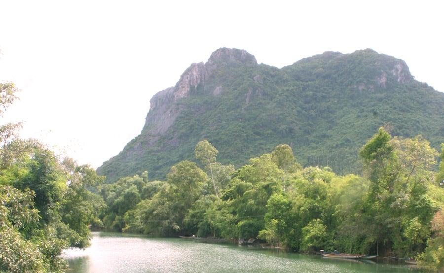 Núi Thần Đinh bên dòng sông Long Đại