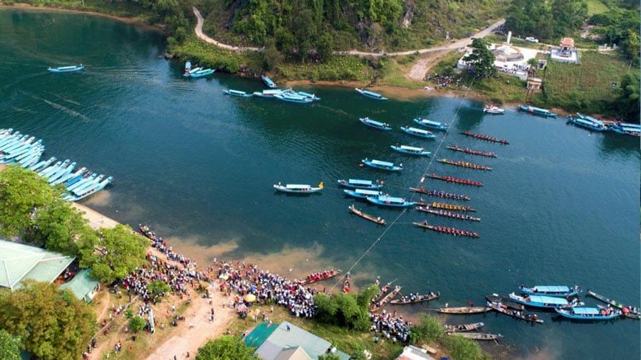 Lễ hội cá trắm nhộn nhịp trên sông