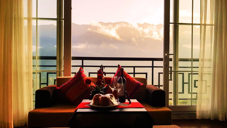 Sáng thức giấc ngắm dãy Hoàng Liên Sơn từ khách sạn