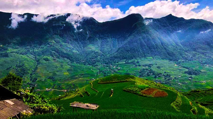 Núi non Sapa hùng vĩ ẩn mình trong mây