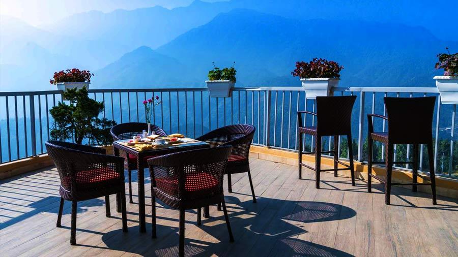 Khung cảnh thiên nhiên hùng vĩ nhìn từ khách sạn