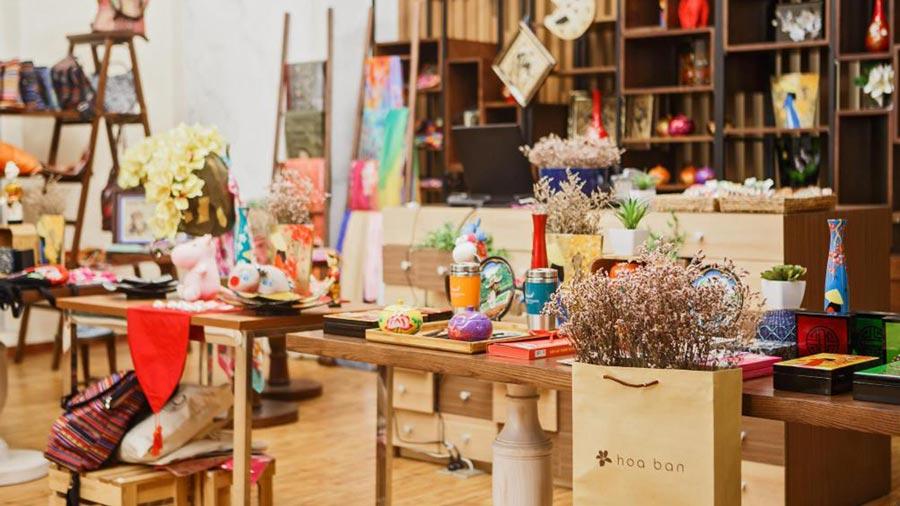 Cửa hàng lưu niệm với các món quà du lịch nhỏ xinh, ý nghĩa