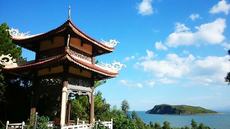 Từ tháp chuông nơi mộ Đại tướng nhìn ra Đảo Yến thanh bình