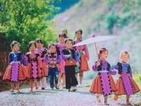 Các em nhỏ người dân tộc ở Mộc Châu dắt nhau tới chợ tình