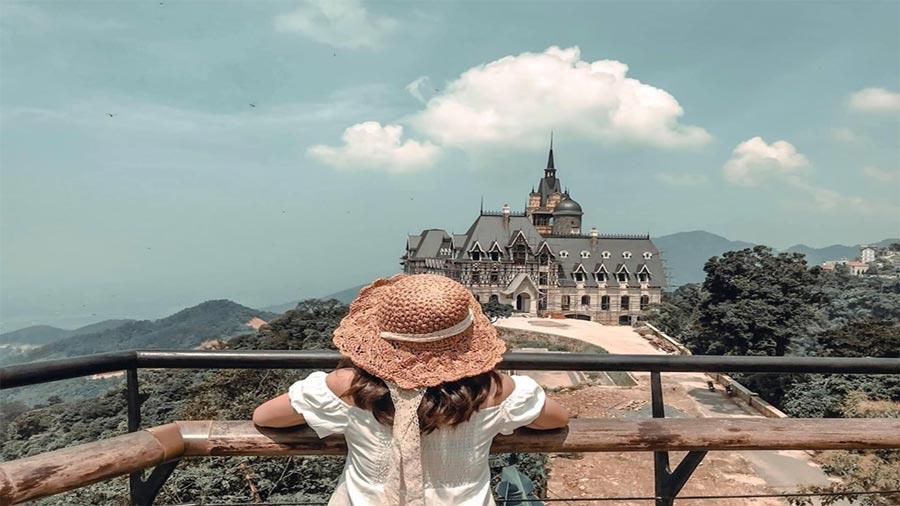 Background lâu đài Tam Đảo đậm chất châu Âu từ quán cà phê Gió