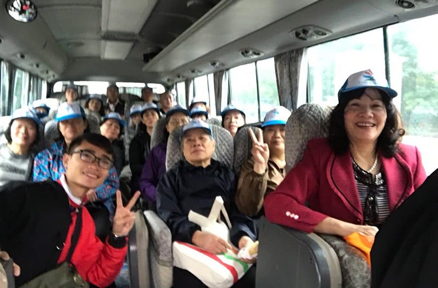 Đoàn di chuyển đến Đại Lại bằng xe chất lượng cao 29 chỗ