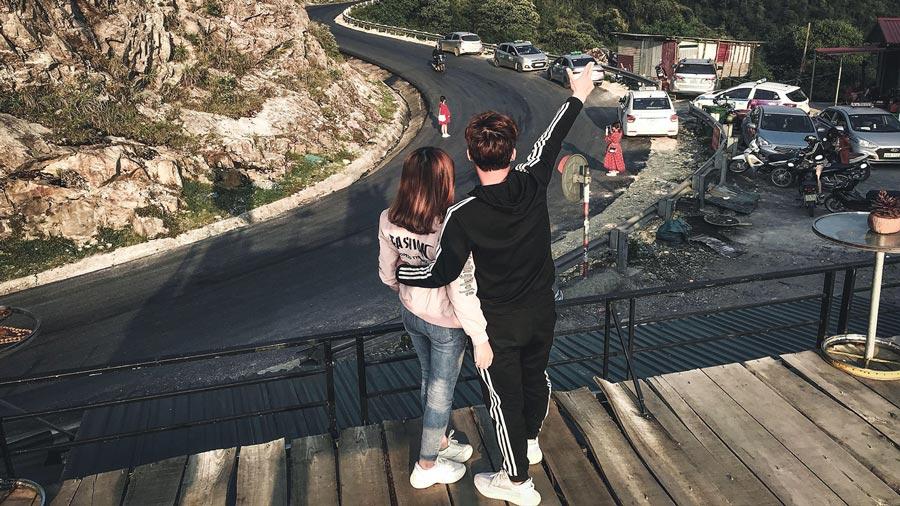 """Đường lên Cầu Kính Sapa với những quán ven đường trở thành địa điểm """"sống ảo"""" của giới trẻ"""