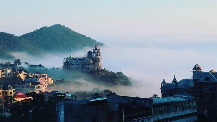 Kiến trúc lâu đài là sự pha trộn giữa phong cách Neo Gothic và Phục Hưng