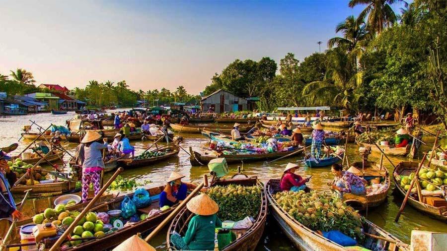 Chợ nổi Cái Răng tấp nập khách mua, người bán trong buổi sớm tinh khôi