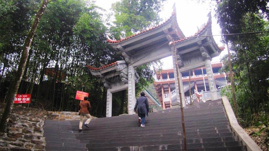Những bậc thang dẫn lên Đền Bà Chúa Thượng Ngàn