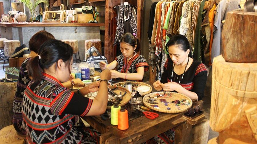 Các mặt hàng thổ cẩm Sapa đều được làm hoàn toàn bằng tay