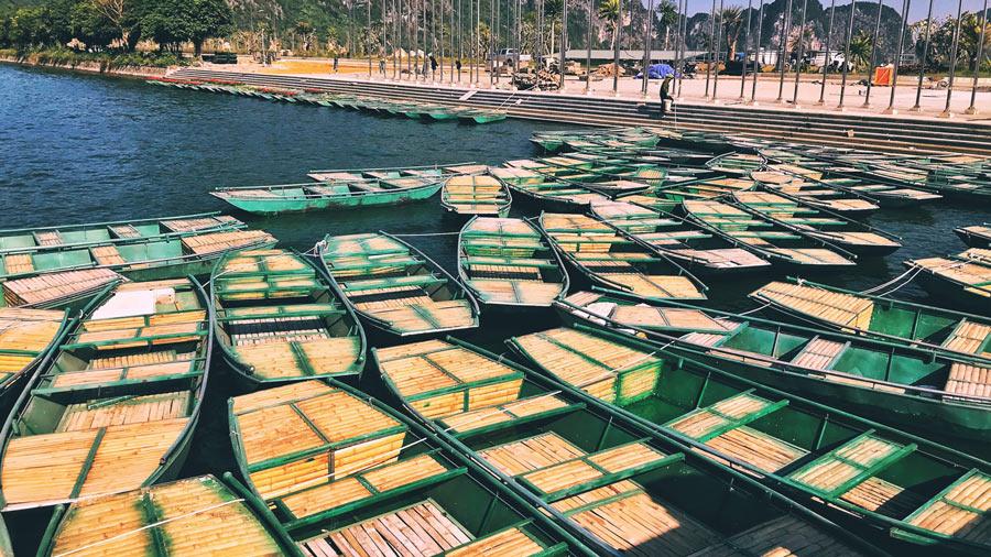 Chèo thuyền trên hồ nước tại chùa Tam Chúc