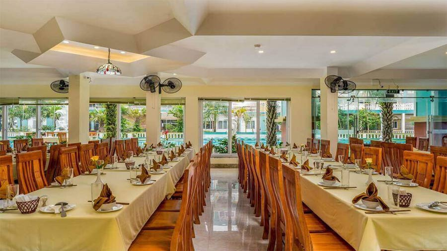 Nhà hàng phục vụ đa dạng các món ăn chế biến từ hải sản cũng như các đặc sản vùng