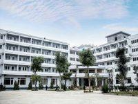 Khách sạn gồm 2 tòa nhà 5 tầng với màu sơn chủ đạo là màu trắng