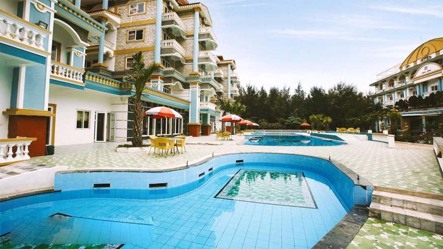 Bể bơi ngoài trời tại Queen Hotel Hải Tiến
