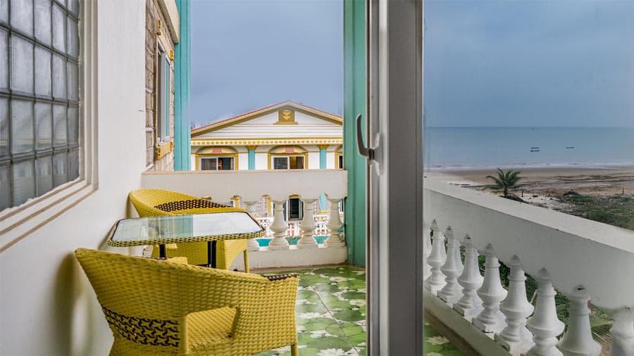 Đứng trên ban công phòng nghỉ hướng biển, du khách có thể hướng tầm mắt trực tiếp ra biển cả hùng vĩ