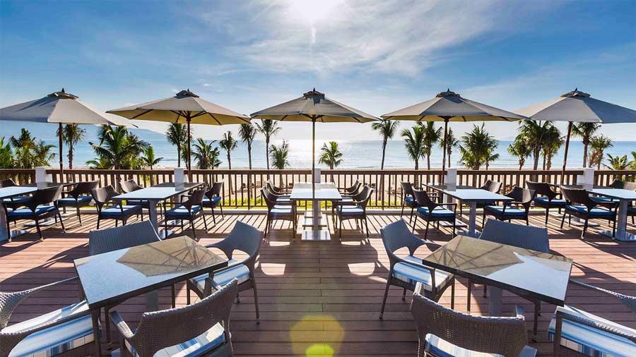 Nhà hàng hướng biển giữa không gian tràn đầy nắng và gió