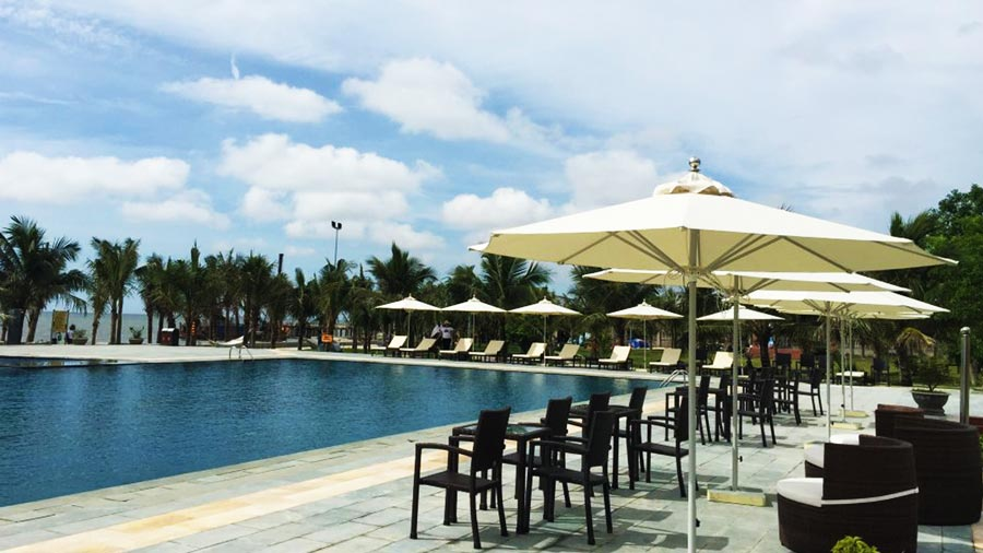 Bể bơi ngoài trời rộng, có khu cho trẻ em và người lớn