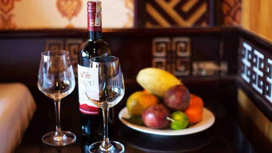 Thưởng thức rượu vang và hoa quả trên tàu Golden Star