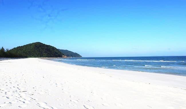 Bãi biển Quan Lạn đẹp trong nắng
