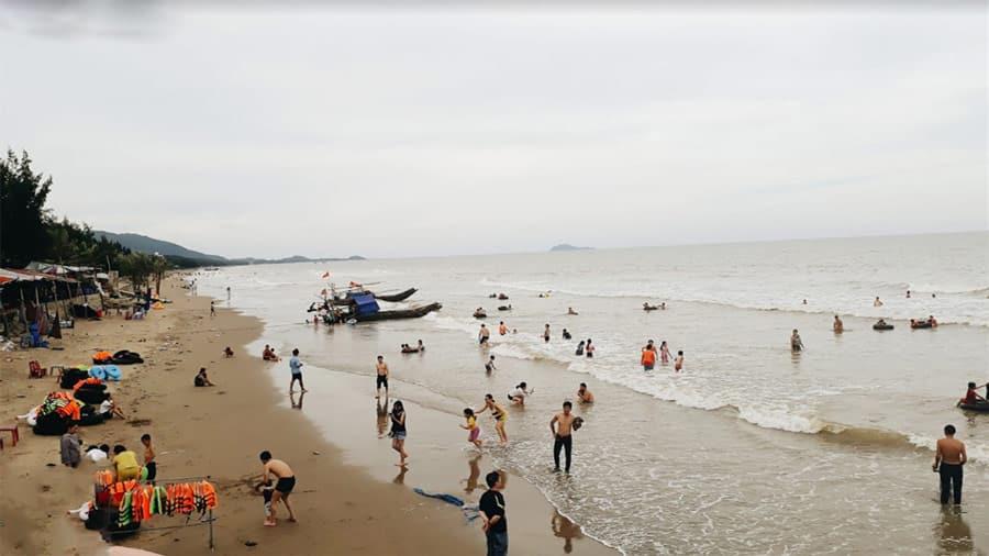 Cao điểm du lịch tại biển Hải Tiến vào mùa hè