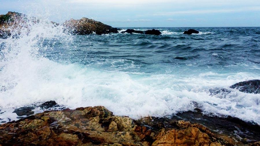 Sóng biển ở bãi đá khá lớn, bạn cần lưu ý an toàn