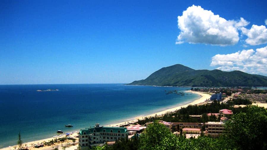 Núi Thiên Cầm sừng sững tại bãi biển Thiên Cầm tuyệt đẹp