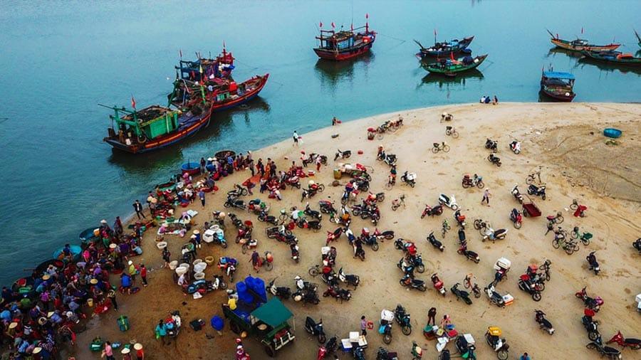 Mua hải sản tươi ngon trực tiếp tại chợ hải sản